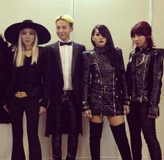 2NE1 and Big Bang take pictures to show their YG Family love at the 2013 MAMA | http://www.allkpop.com/article/2013/11/2ne1-and-big-bang-take-pictures-to-show-their-yg-family-love-at-the-2013-mama