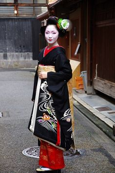 Toshikana with the sakkou hairstyle - final one of maiko's career (SOURCE) She's now a geiko!