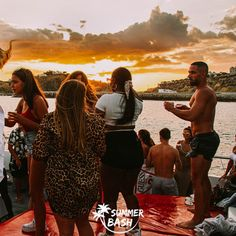 Zin in de vakantie van je leven? Samen met je vrienden feestjes bouwen, genieten van natuur & de gekste avonturen beleven. Met Summer Bash is alles mogelijk! En dit alles terwijl je veiligheid gegarandeerd wordt. Ben jij klaar voor de reis van je dromen? Wij alvast wel! Albufeira Portugal, Summer Bash, Wrestling, Couple Photos, Couples, Everything, Lucha Libre, Couple Shots, Couple Photography