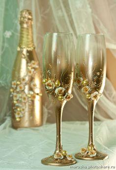 """Свадебные бокалы, шампанское.. Свадебный набор """"Золотая мечта"""" (Свадьбы) Bride And Groom Glasses, Wedding Wine Glasses, Wedding Champagne Flutes, Wine Bottle Art, Diy Bottle, Wine Bottle Crafts, Decorated Wine Glasses, Painted Wine Glasses, Wedding Crafts"""