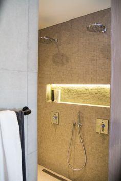 På jakt etter inspirasjon til baderommet? Da bør du få med deg disse to fantastiske badene vi besøkte i et flunkende nytt hus i Førresfjorden. For flottere baderom har vi knapt sett. Bathroom Lighting, Room Decor, Mirror, Furniture, Home, Blog, Modern, Bathroom Light Fittings, Bathroom Vanity Lighting
