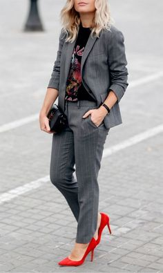 grey suit with red heels Calça Alfaiataria Feminina 5c0bfd3400aa7