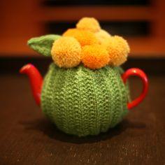 Ravelry: Finnsmydog Rununculus Tea Cozy Source by maryjoord Tea Cosy Pattern, Easy Yarn Crafts, Knitted Tea Cosies, Ravelry, Paper Pom Poms, Crochet Kitchen, Tea Cozy, Tea Accessories, Handmade Home