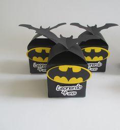 Caixa feita em papel preto tampa em forma de morcego, personalizada com o símbolo do batman e mulher gato, nome e idade do(a) aniversariante.    Tag personalizado pelo(a) comprador(a).    Não acompanha doce.    Altura da caixa + morcego é 8 cm.    O valor é unitário.    **** PRAZO DE ENVIO: 20 di...