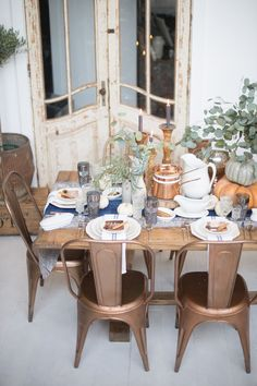 Rustic Thanksgiving Inspiration Read More: Thanksgiving Decor Rustic Thanksgiving, Thanksgiving Tablescapes, Thanksgiving Holiday, Holiday Meals, Thanksgiving Decorations, Dining Room Blue, Dining Room Design, Dining Rooms, Copper Dining Room