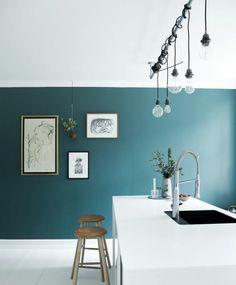 modele cuisine artistique, couleur peinture cuisine bleu pétrol, îlot blanc très élégant, esprit artistique