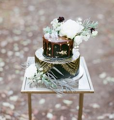 Winter Woods Bohemian cake with gold and greenery accents :: Amber+Josh Woodsy Wedding, Wedding Day, Gold Wedding, Wedding Prep, Wedding Things, Green Wedding Shoes, Wedding Colors, Wedding Desserts, Wedding Cakes