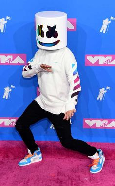 All the red-carpet looks from the 2018 Video Music Awards. Celebrities like Kylie Jenner, Nicki Minaj, and Travis Scott are expected to attend. Hipster Wallpaper, Music Wallpaper, Mobile Wallpaper, Neymar Jr Wallpapers, Dope Wallpapers, Mortal Kombat, Marshmello Dj, Marshmello Wallpapers, Ootd Men