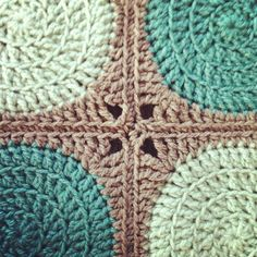 Retro circles square blanket (tutorial) by Adele Droughton