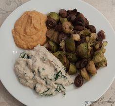 Zum Abend gab es bei Dani Rosenkohl & Champignons mit ganz viel Zwiebeln aus dem Ofen, dazu Blumenkohlpüree mit Spinat und Hummus - leeeecker