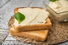 Konec kupovaných taveňáků! Vyrobte si domácí tavený sýr z poctivého tvarohu Kefir, Home Canning, Food Inspiration, Low Carb, Milk, Bread, Cheese, Haha, Syrup