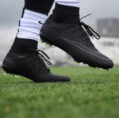 During soccer training, you are introduced to many different things. While many of these things focus on technique, speed is an important element in soccer as well. Best Soccer Cleats, Girls Soccer Cleats, Nike Soccer Shoes, Soccer Outfits, Soccer Gear, Soccer Boots, Football Shoes, Nike Football, Football Cleats