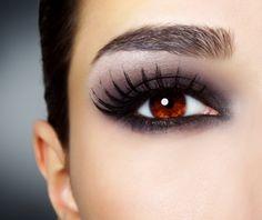 Evite maquiagem 'carregada' no centro do olho. Veja mais dicas para não errar!