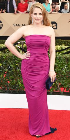 SAG Awards 2017: Anna Chlumsky in Elizabeth Kennedy with jewelry by Forevermark Diamonds and a clutch by Tyler Ellis.
