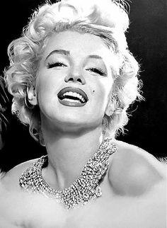Marilyn Monroe by Richard Avedon 1954 Richard Avedon, Marilyn Monroe Photos, Marylin Monroe, Glamour, Norma Jeane, Vintage Beauty, Most Beautiful Women, Movie Stars, Hollywood