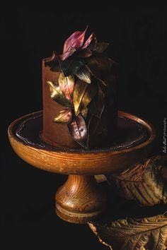 Chocolate and caramel autumn cake // vanilla sponge cake with caramel cream cheese filling and chocolate ganache frosting decorated with chocolate leaves