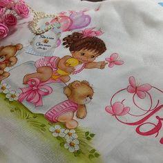 Amo de paixão as versões moreninhas...😍😍😍 #toalhainfantil #toalhafraldapersonalizada #toalhafralda #babygirl #enxovaldemeninas @laraferndes. Taken by naraliane.art.pinturas on Tuesday 20. February 2018