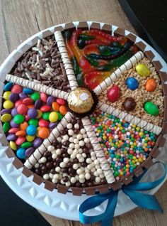 kit kat cake with favourite candy. Torta Candy, Candy Cakes, Cupcake Cakes, Kitkat Torte, Rodjendanske Torte, Food Cakes, Candy Birthday Cakes, Birthday Cookies, Sweetie Cake