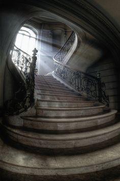 Der Lichteinfall und die Stimmung in diesem Treppenaufgang wirken unglaublich mystisch.
