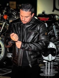 La magnífica chaqueta HELSTONS YUKON dirty marrón !!! Motorcycle Shop, Motorcycles, Leather Jacket, Classic, Jackets, Shopping, Fashion, Studded Leather Jacket, Derby