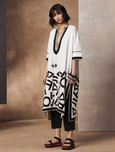 Description Leave the city behind in a kaftan that evokes your most peaceful state. This piece is for the true sensualist who soaks up every bit of her vacation Mode Kimono, Casual Dresses, Fashion Dresses, Mode Abaya, Pakistani Dresses, Clothing Patterns, Casual Chic, Designer Dresses, Beachwear