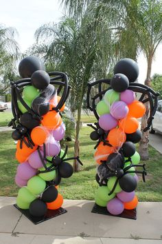 Columnas y esculturas de arañas con Globos como decoración de halloween. #DecoracionHalloween