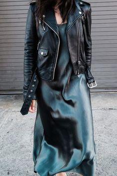 Silk Slip Kleid grün dunkel Midi plus Beliano Herbst treds Farbe Stil Mode Sti Slip Dress Outfit, Dress Skirt, Dress Ootd, Black Slip Dress, Turtle Neck Dress Outfit, Satin Midi Skirt, Silk Dress, Silk Pants, Look Fashion