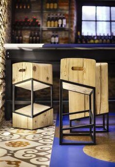 Барные стулья от студии +tongtong Испанский ресторан Barsa Taberna от студии +tongtong в Торонто Мебель в ресторане подобрана для намеренного контраста. С одной стороны – простые современные стулья, выделяющиеся своей ярко-красной расцветкой. С другой – спокойное светлое дерево табуретов возле бара, чья изысканная геометрия напоминает визуальные иллюзии в духе Эшера.
