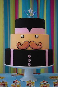 Criativo e diferente, este bolo faz muito sucesso com as crianças! Todo feito em MDF pintado nas cores do SR. BITA com apliques em EVA e botões. O bolo é feito com 3 andares, todos com 12cm de altura. Está disponível para locação. O cliente retira e devolve nas datas e locais combinados.