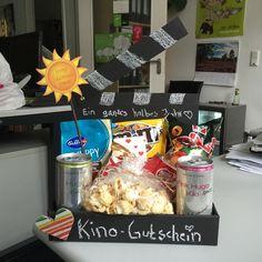 Ein Kinogutschein an sich ist ein ziemlich langweiliges Geschenk. Gebt also ein wenig Individualität hinzu und der Beschenkte wird sich garantiert doppelt so doll freuen :)
