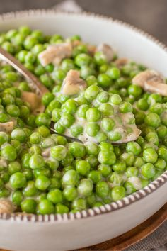 Creamed Peas Twist up your traditional Easter feast with a new side dish recipe. Creamed Peas get upgraded with mushrooms, chicken stock and reduced fat cream cheese. Warm and comforting, this easy recipe will have dinner guests asking for seconds. Pea Recipes, Side Dish Recipes, Vegetable Recipes, Cooking Recipes, Easter Dinner Recipes, Healthy Dinner Recipes, Holiday Recipes, Easter Dinner Ideas, Paula Deen