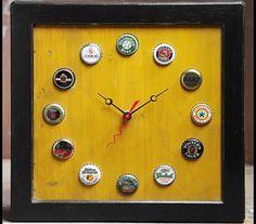 Relógio feito com tampinhas de garrafas, ótimo para decoração.