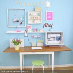 Arbeitsplatz aus DIY Sammelsurium: Holzkiste als Nähmaschinenaufbewahrung, Schreibtisch aus alter Schranktür, Lampe aus Konservendose, Pinnwand aus Hasendraht, Kordelhalter aus Kochlöffel