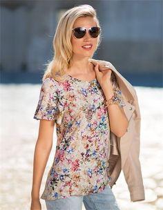 Der stimmungsvolle Blumendruck allover zeigt die Farben des Sommers. Wer hat da nicht Lust auf Sonne satt und Meer?