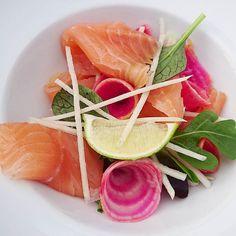 Le saumon fumé maison.... #menubistromique #saumonfumé #saumon #salmon #faitmaison #color #5fruitsetlegumesparjour #radismeat #radisnoir #betteravechioggia #color #Food #Foodista #PornFood #Cuisine #Yummy #Cooking