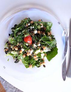 Sallad med grönkål, spenat, tomat, gurka, fetaost, kikärtor och pumpafrön. Lite restsallad från igår med ny topping.