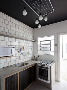 the black ceiling is so cool ! and I love how the concrete counters wraps around down the side of the cabinet. Industrial kitchen in 'We' Hostel in Sao Paolo, Brazil Black Kitchens, Home Kitchens, Kitchen Black, Home Decor Kitchen, Kitchen Interior, Dirty Kitchen Design, Dirty Kitchen Ideas, Küchen Design, House Design