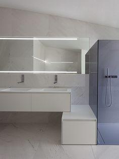 banheiro minimalista revestido de mármore