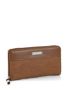 Espritin tyylikäs lompakko sileää ja kohopintaista tekonahkaa. Lompakkoon on helppo järjestellä kortit ja käteinen. Metalliapplikointi ja ESPRIT-kaiverrus tuo lisätyyliä etuosaan - BeBag.fi
