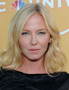 I am now convinced that in order to be a detective you have to be insanely pretty.. C'mon SVU, can't ya hire some one ordinary to make the rest of us feel better!?  Love Kelli Giddish though!