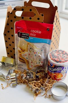 This is a great little gift idea to welcome a new family to the neighborhood, or to share with whomever you wish for a sweet Halloween Treat, and some fun in making it. I have seen those boxes at Xpedex, and that cookie miix at any store. Simple Gifts, Easy Gifts, Creative Gifts, Homemade Gifts, Cute Gifts, Homemade Cookies, Food Gifts, Craft Gifts, New Neighbor Gifts