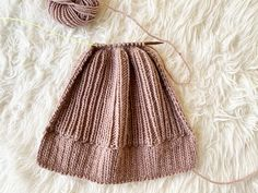 How to knit a hat with straight needles for complete beginners. Learn how to knit a beanie flat on straight needles with this step by step tutorial. Beanie Knitting Patterns Free, Beanie Pattern Free, Baby Hat Patterns, Baby Hats Knitting, Easy Knitting, Knitted Hats, Knitting Designs, Knitted Animals, Knitting Socks