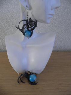 Oorbellen met blauw rond kraal. Gerecycleerd en origineel kunst. De oorbellen zijn 5 cm lang. De oorbellen zijn handgemaakt.