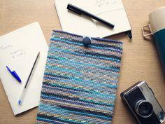 Crochet an iPad Sleeve in Self-Striping Yarn. Now, I just need the iPad :D Crochet Ipad Cover, Crochet Case, Crochet Purses, Crochet Gifts, Diy Crochet, Crochet Stitches, Crochet Hooks, Crochet Patterns, Tutorial Crochet