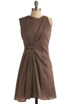 ASYMMETRIE deze jurk is asymmetrisch want aan een kan zit er een plooi en aan de andere kant niet.