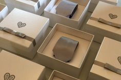Caixinha de papel com lacinho e coração para entregar caixinha de gravata para os padrinhos. Criação e desenvolvimento: The wedding art