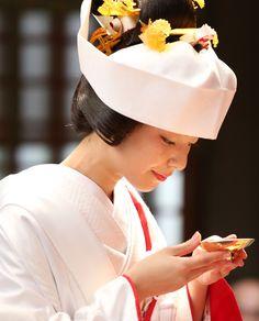 小顔効果あり!? 「和装かつら」にまつわる意外な真実3|ゼクシィ Traditional Wedding Attire, Asian Doll, Yukata, Washi, Kimono, Japan, Bride, Hair, Valentines Day Weddings