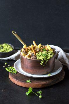 glutenfreie Herbst-Pasta mit Pilzen und veganem Erbsen-Pesto von freiknuspern