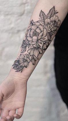 tattoo vorschläge, tätowierung am arm mit blumen motiv