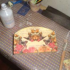 Depois de todo pintado com PVA branca, lixar para alisar, passar camada fina de termolina leitosa e alisar a decoupage.